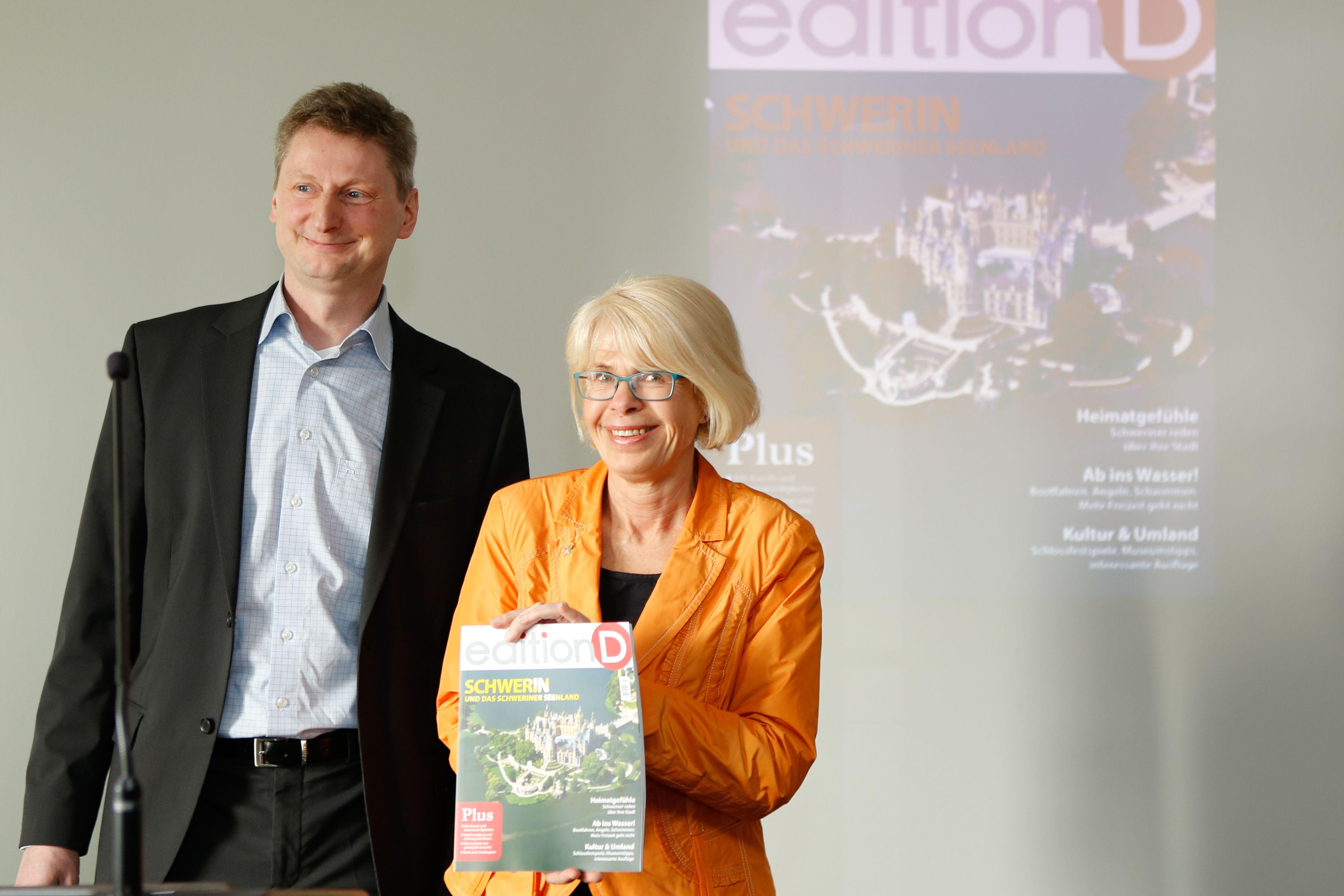 Verleger Stefan Zastrutzki und die Schweriner Oberbürgermeisterin Angelika Gramkow